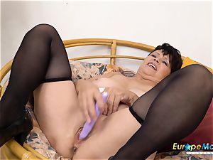 EuropeMaturE Libi tempting Solo Striptease video