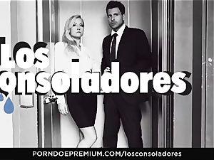 LOS CONSOLADORES - Julia De Lucia enjoys mischievous four-way