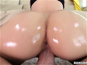 Jessa Rhodes is well-lubed up and well-prepped to be pulverized
