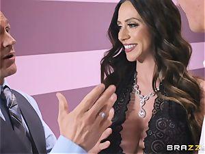 Ariella Ferrera has a super-hot massage planned